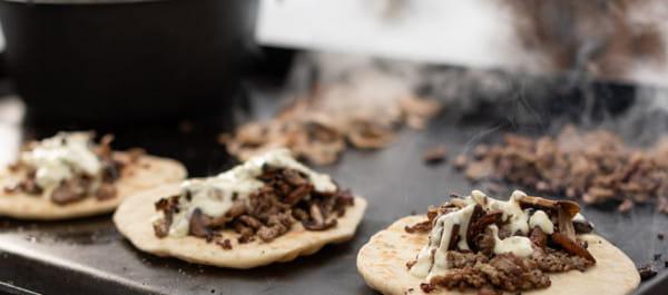 Steak-et-champignons-avec-pain-plat-maison